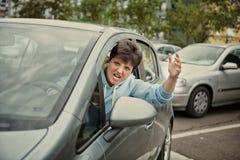 恼怒的少妇驾驶汽车和哭泣 免版税图库摄影