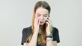 恼怒的少妇,啼声,与她的手机,美丽的女孩混淆,哀伤,紧张,翻倒,重音和认为 股票视频