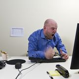 恼怒的工作者击中了他的键盘 免版税图库摄影