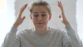 恼怒的战斗的年轻女人在办公室 股票视频
