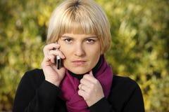 恼怒的电话妇女 免版税库存照片