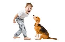 恼怒的男孩尖叫对他的狗 库存图片
