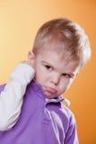恼怒的男孩拳头显示翻倒的一点 免版税库存图片