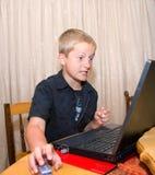 恼怒的男孩计算机 库存图片
