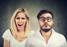 恼怒的疯狂的妇女叫喊和可怕的人 免版税图库摄影