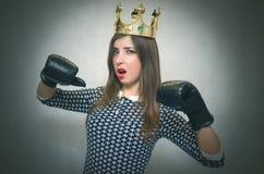 恼怒的确信和骄傲的妇女 女性竞争 独裁的女孩 免版税库存图片