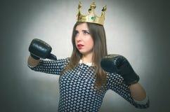 恼怒的确信的妇女 女性竞争 独裁的女孩 免版税库存图片
