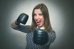 恼怒的确信的妇女 女性竞争 免版税图库摄影