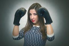 恼怒的确信的妇女 女性竞争 免版税库存照片