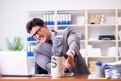 恼怒的积极的商人在办公室 免版税库存照片