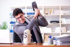 恼怒的积极的商人在办公室 免版税库存图片