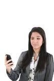 恼怒的移动电话女性查找的纵向 免版税库存照片