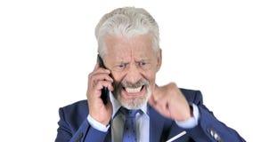 恼怒的老商人谈话在电话,白色背景 股票视频