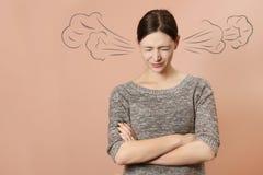 恼怒的背景查出在纵向白人妇女年轻人 免版税库存图片