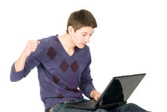 恼怒的膝上型计算机人年轻人 库存照片