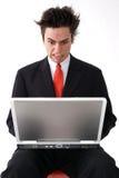 恼怒的膝上型计算机人 免版税库存图片