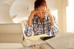 恼怒的资深妇女付帐和归档的联邦税回归 免版税库存照片