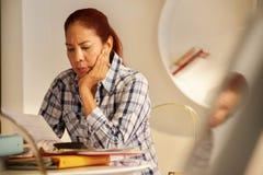恼怒的资深妇女付帐和归档的联邦税回归 免版税库存图片