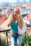 恼怒的青少年女孩的移动电话 免版税库存照片