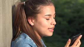 恼怒的青少年的女孩谈话在手机 库存照片