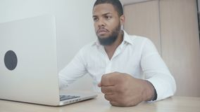 恼怒的非裔美国人的上司打他的在桌上的拳头 暴力威胁  上司显示侵略 股票录像