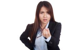 恼怒的年轻亚裔女实业家请求金钱 免版税库存照片