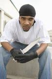 恼怒的年轻犯罪举行的刀子 库存照片