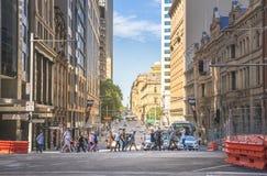 悉尼人在城市穿过了街道在工作时间以后我 图库摄影