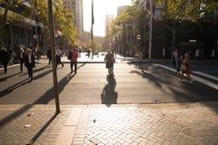 悉尼人在城市穿过了街道在工作时间以后我 免版税图库摄影