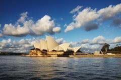 悉尼从悉尼港口看见的歌剧院Ferr 免版税库存图片
