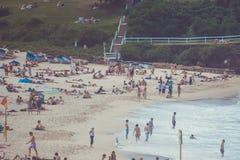 悉尼充分邦迪滩人在一个夏日 库存照片