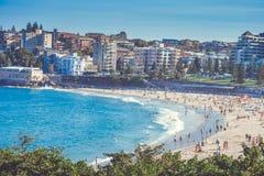 悉尼充分邦迪滩人在一个夏日 库存图片