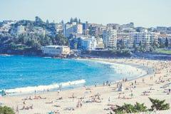 悉尼充分邦迪滩人在一个夏日 免版税图库摄影