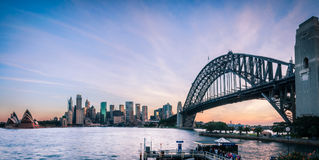 悉尼在日落的港口视图从北部悉尼 库存图片