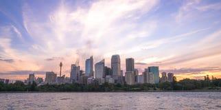 悉尼在黄昏的港口都市风景与五颜六色的日落天空和c 库存照片