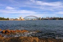 悉尼歌剧院、港口桥梁和郊区 免版税库存图片