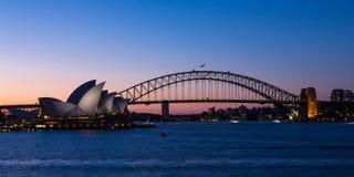 悉尼歌剧院和港口桥梁在日落 库存照片