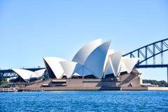 悉尼歌剧院和港口桥梁风景看法  免版税库存照片