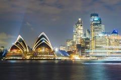 悉尼歌剧院和CBD在晚上 库存图片
