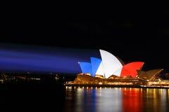 悉尼歌剧院在法国旗子红色白色蓝色的颜色点燃了 库存照片