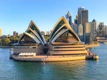 悉尼歌剧院在港口江边 免版税图库摄影