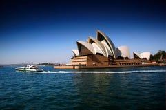 悉尼歌剧院沉重对立和掀动转移焦点创造狭窄的景深 免版税图库摄影