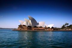 悉尼歌剧院沉重对立和掀动转移焦点创造狭窄的景深 图库摄影
