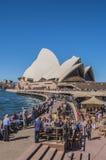 悉尼歌剧院的人们 库存照片