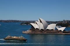 悉尼歌剧院&男子气概的轮渡 免版税图库摄影