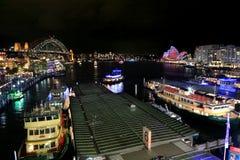 悉尼港口、城市、环形码头和岩石在生动的S期间 免版税库存图片
