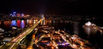 悉尼港口夜场面有歌剧院和港口桥梁的 库存照片