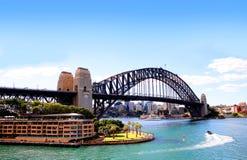 悉尼港口桥梁和公寓 免版税库存图片
