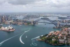 悉尼港口-歌剧院&港口桥梁天线射击 免版税库存图片