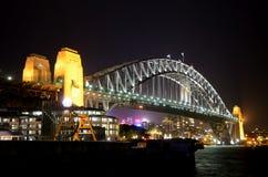 悉尼港桥在晚上 免版税库存图片